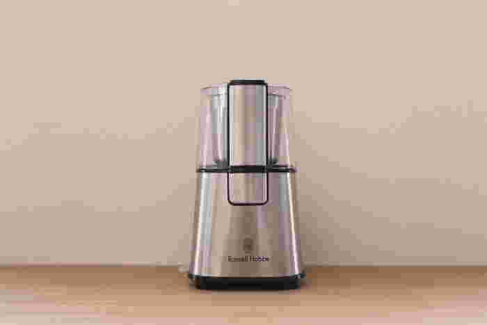 電動タイプのコーヒーミルはスイッチ1つであっという間に豆を挽くことができるので便利です。忙しい朝にコーヒーを淹れたい人や、たくさんの豆を一度に挽く機会が多い人は電動タイプが楽ですよ♪