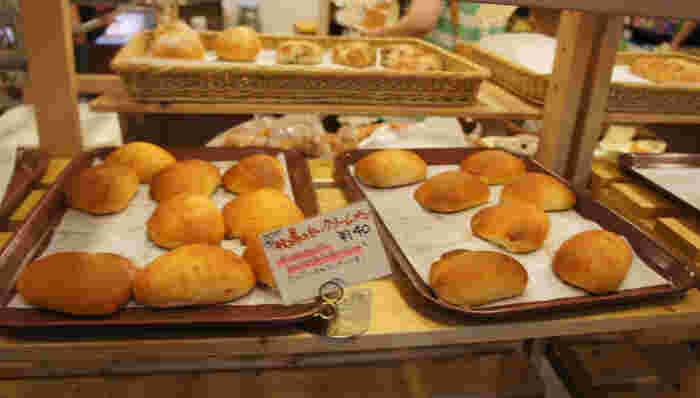 店内はパンが並ぶ温かみのある空間。パンの良い香りが食欲をそそります。ハードパンや惣菜パン、菓子パンなど種類豊富ですよ。