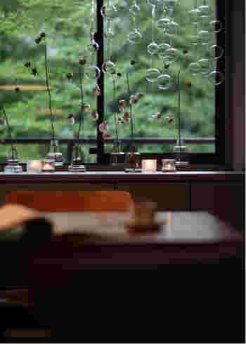 「アテネの朝」はやっぱり窓際が似合います。陽の光を受けてキラキラ輝き、風にゆられて響く音。それだけを楽しむ時間は最高の贅沢です。