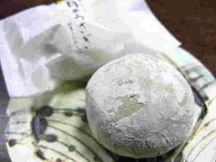 この店の一番人気は、黒糖を用いた蒸し饅頭『箱根のお月さま』。箱根の新定番として人気を博していますが、オススメは、栗が丸ごと1個入った栗まんじゅう『月のうさぎ』です。
