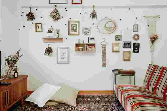 ドライフラワーや電飾、壁一面に好きなものをディスプレイしても楽しいですね。小さいものでも鏡を飾ると奥行きが生まれ、お部屋を広く感じやすくなります。