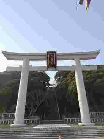 「大洗磯前神社」は、水戸大洗ICから車で15分。太平洋に面した岬の丘の上にある神社です。通りに面し、海に向かってそびえたつ二の鳥居。その先の長い階段を上がると正面が社殿になります。