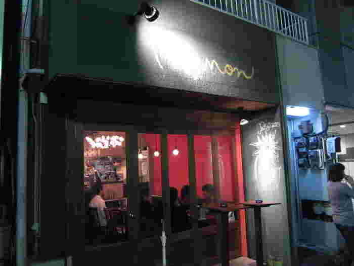 グリーンの外壁と看板、そして店内の赤い壁が印象的な代々木八幡の名店「Pignon」。  セレクトされているワインのお味もさることながら、合わせて楽しむお料理の種類とボリュームの評価が高いこちらのお店。夜になると大人たちが次々と集い、賑わっていきます。
