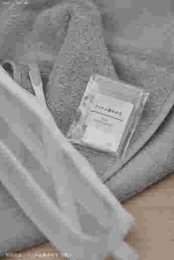 同じくこちらも旅先で便利な「フィルム歯磨き」。フィルムを前歯の表面に貼り付け、歯ブラシに水を含ませて磨くと数秒で泡立ちます。