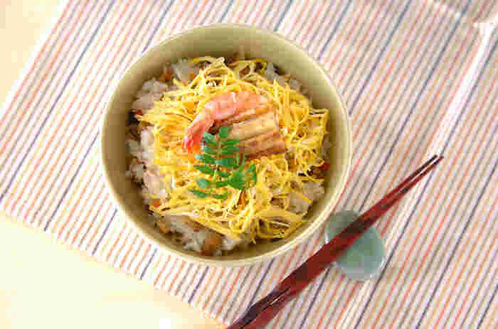 冬のおもてなしやハレの日の食卓におすすめの、暖かくて華やかなお寿司です。蒸すことでお酢がまろやかになり、ふっくら優しい味わいに。