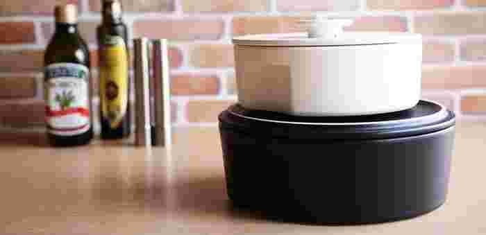 """愛知県瀬戸市の人気陶器メーカー、「ceramic japan」(セラミックジャパン)からは、そのネーミングセンスに脱帽!な【do-nabe】をご紹介します。「ドナベ」と「ドゥ・ナベ」(=鍋をしよう!)を掛けている、ユニークな鍋。思わずみんなを呼んで""""鍋パーティー""""をしたくなるほどおしゃれなデザインも特徴です。"""