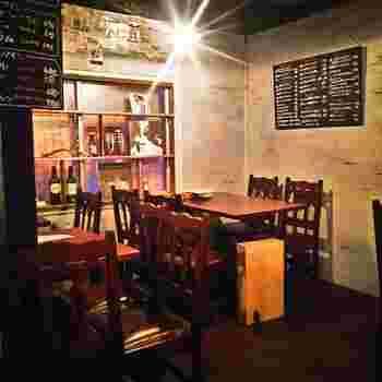カウンター席9席、テーブル席18席の小さなお店『Nico Appartement(ニコ アパルトメント)』。暗めの照明がなんとも言えない隠れ家感を醸し出しています。