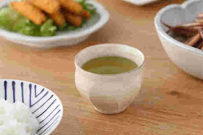 """表面を平らに削る""""面取り""""という技法を用いた福光焼の湯呑み。柔らかさとシャープさのバランスが絶妙で、縁は薄く少しだけ反った形で飲みやすくなっています。"""