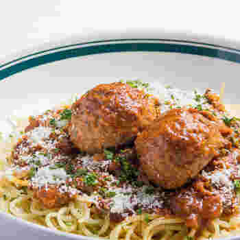 大きなミートボールが目を引くスパゲティです。お子さんと取り分けて食べることもでき、ランチにぴったりのメニューですね。