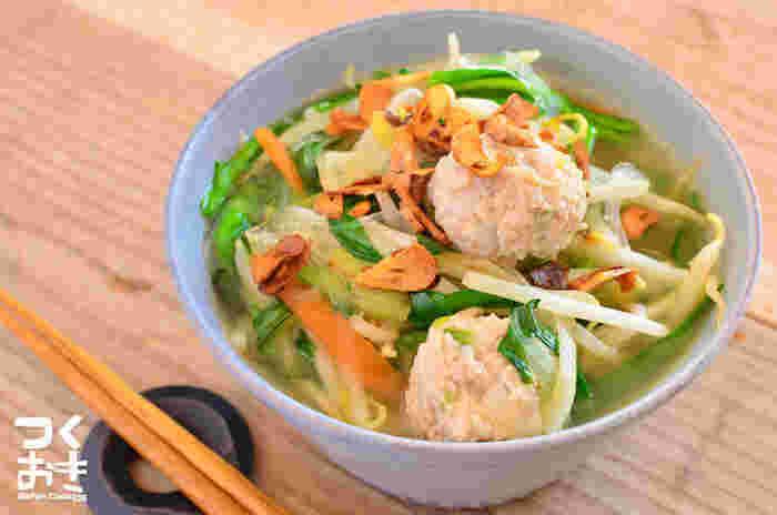 野菜がたっぷりと入ったボリューム満点のスープ。中華スープ・ナンプラー・レモン汁でエスニックな味わいに仕上げています。鶏団子が入っているので食べ応えも十分◎