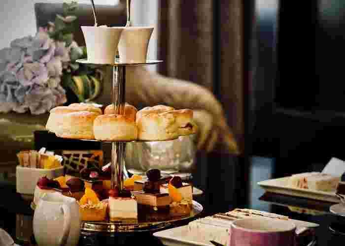 紅茶といえば、やはりアフタヌーンティーですよね。かつての宮廷や、ホテルのカフェのようなアフタヌーンティーを、自宅でも手軽に味わってみませんか?とくに厳密なルールはありません。紅茶とサンドウィッチ、スコーンやクッキーなどのお菓子があれば十分です。ホテルでのアフタヌーンティーの最低限のルールを知っておくと便利かもしれません。下記のリンクよりチェックしてみてくださいね。