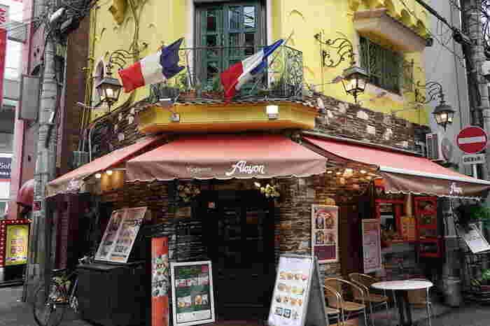 なんば駅から徒歩数分の「クレープリー・アルション」。小さなパリのような洋館の本格クレープ&ガレット専門店です。