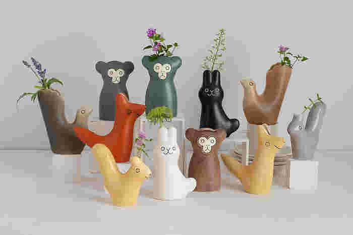 スウェーデン語で「小さな友だち」という意味のエンリトゥンヴァンと名付けられたキュートなフラワーベース。お花を生けると、まるで動物たちの頭や尻尾の先から植物が生えているようなユーモラスな雰囲気に。