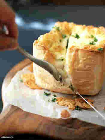 丸いパンではなく、角食を使って。中身をくり出しやすいですね。シーフードとホワイトソースの間違いない組み合わせに、チーズをたっぷりと。