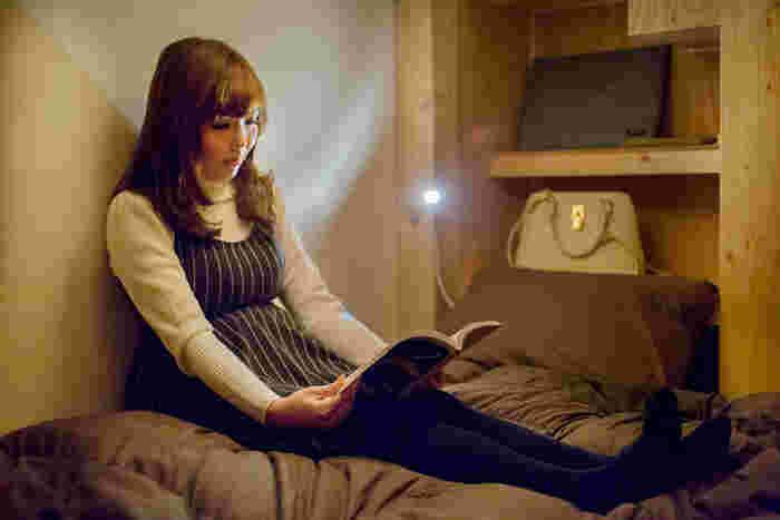 電源やwifiも完備されているので、ベッドの上でのんびりできますよ。