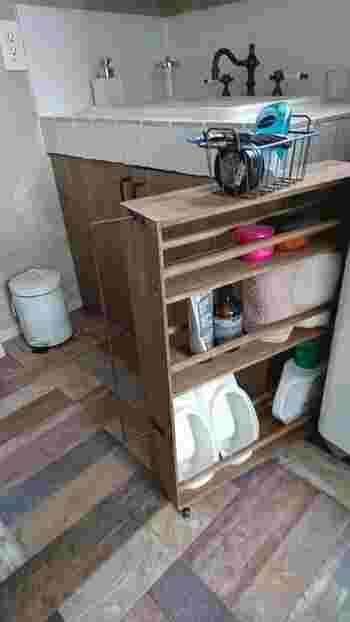 タオルや洗剤、水まわりの掃除用具など、何かと物が多くなりがちな洗面所。洗濯機の横などにスペースが余っていたら、縦長収納の出番です。