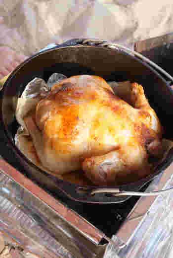 家では調理するのが難しい鶏丸ごと一羽。ダッチオーブンでじっくりと焼いて美味しさを引き出しましょう。