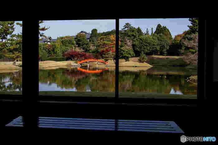 奈良ホテルの魅力は、和と洋の美しい要素を感じられるところ。たとえばダイニングルーム・三笠やティーラウンジは西洋式の内装が施されていますが、ホテルの外観や庭は和風なのです。明治時代の古き良き日本の雰囲気を味わうには、奈良ホテルはおすすめの宿です。