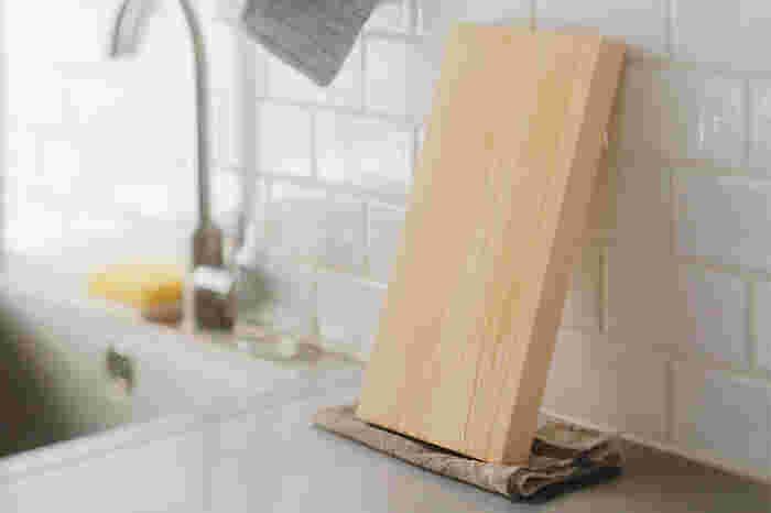 最初は木のまな板。もしカビができてしまったら、重曹(なければ塩やクレンザーでもOK)でタワシを使って汚れを擦り落とします。