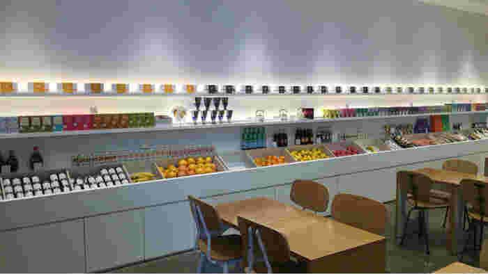 """""""シンプル""""と""""ナチュラル""""をキーワードにしているこちらのお店。白を基調とした清潔感のある店内には、フルーツやジャムなどがセンス良くディスプレイされています。"""
