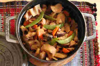 水やだし汁を使わずストウブで、素材から出た水分と調味料のみで作る、素朴で美味しい筑前煮は、水っぽくならないので、翌日のお弁当のおかずにもピッタリ♪