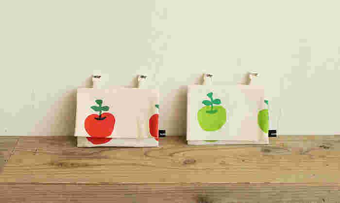 こちらの「移動ポケット」。実はハンドメイドのアイテムなんです。 真っ赤なりんごと、爽やかな青リンゴ。お子様がニッコリ笑顔で喜んでくれそうな、とっても可愛らしいテキスタイルです。