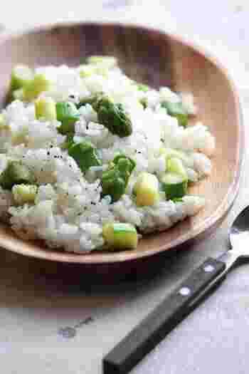 短めにカットしたアスパラを入れたバターライスは、グリーンが爽やかでいろいろなお料理によく合います。レンジ加熱したアスパラを混ぜ込んで作る簡単レシピです。