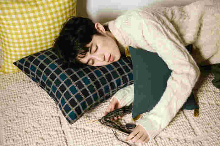 座ったり、眠ったり、抱えたり。 おうち時間に欠かせないクッションカバーは、布の柄やサイズを変えていくつも作って。 タッセルをつけてアレンジしても良いですね。
