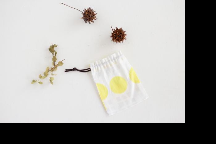布と紐があれば作れる巾着袋。着物や浴衣とコーディネートするのも良いですね。表布と裏布を重ねて縫い合わせ、紐口にステッチを入れたら袋の口を三つ折りにして縫い、紐を通します。慣れたら大きさや紐の通し方を変えて、自分好みの巾着袋を作ってみてくださいね。