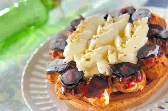 「サントノーレ」は、フランスでちょっと特別な日に出されるお菓子です。パイ生地の土台の周りにカラメルが掛かった小さなシュー生地を並べ、中央にクリームを飾り付けるのが特徴。パリのサントノーレ通りにあったお店の菓子職人によって考案されたそう。  こちらは冷凍パイシートを使ったレシピ。パリパリ&サクサクの生地とめらかなクリーム…いろんな食感が楽しめます。ちょっと手の込んだスイーツですが、お誕生日などお祝いにいかがですか?