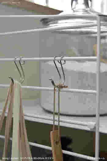 サイドには、こんな風にフックをかけると便利。 ランドリーネットや、フィルター掃除のためのブラシをかけておくのもいいですね。