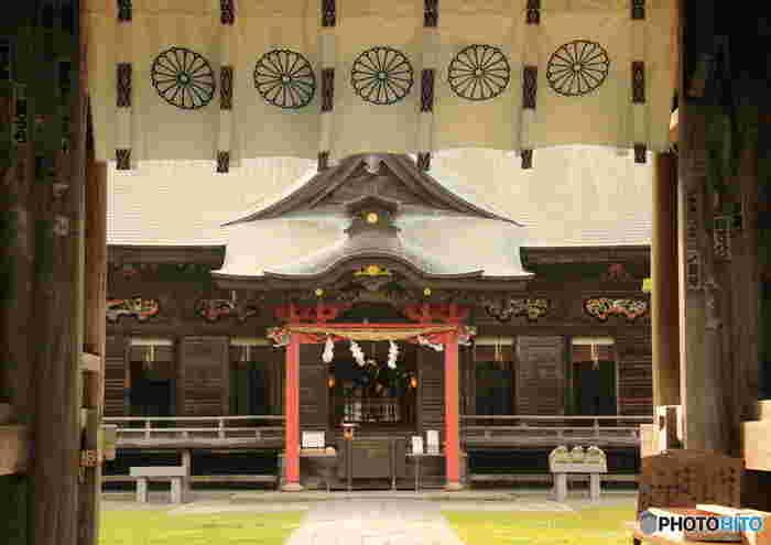 社殿には、国つくりの神様「大己貴命(オオナムチノミコト)」と「少彦名命(スクナヒコナノミコト)」が祀られています。社殿に施された彫刻は、江戸初期の建築様式が今も残り、県の文化財として大切にされています。