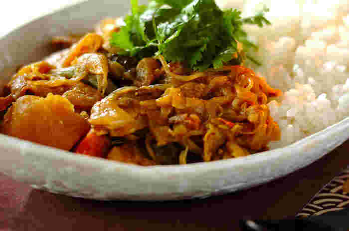 肉じゃがをたくさん作った翌日は、肉じゃがを使った和風カレーに挑戦!パクチーをのっけてもエスニック風で美味しく頂けます。