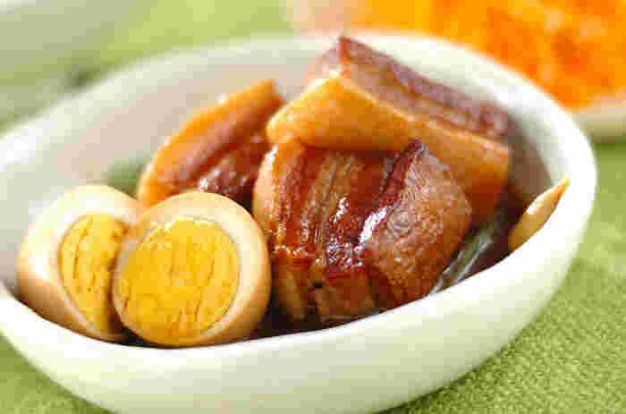 甘酸っぱい味わいを楽しめる、ほろほろの豚の角煮。豚バラ肉はお米やとぎ汁を入れて下ゆですると、くさみをおさえられます。黒砂糖を使用することで、栄養価がアップ♪黒砂糖は、上白糖よりふんだんにたんぱく質やカルシウムが含まれています。おでんみたいに、練りカラシをつけていただきましょう。