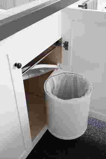 こちらもひよりごとさん宅の開き扉用のビルトインダストボックス。  扉を開くと蓋も開きながらボックスごとせり出してきます。調理中に出たゴミをポンポン捨てるのに便利ですね。