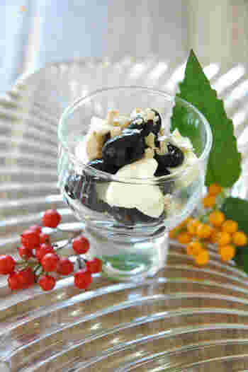 たくさん作って残ってしまった黒豆は、クリームチーズとクルミであえておしゃれにアレンジしましょう。小さなグラスに入れた盛り付けも素敵♪