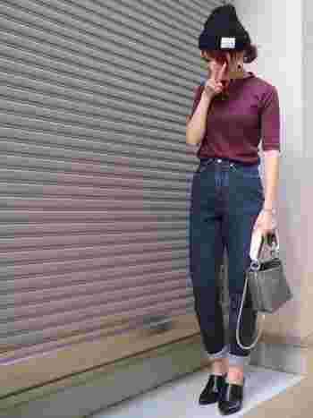 カジュアルなニット帽やデニムと合わせても、リブTのカラーとシルエットの効果で女性らしくまとまっています。