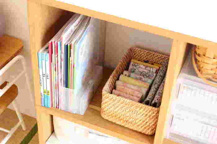 こちらのブロガーさんのお宅では、教科書やノートは、無印の薄いスタンドファイルボックスに。隣のバスケットには、ハンカチやティッシュ、給食袋、マスクなど、毎日使う必要なものをまとめて収納。 子供達自ら、自分で選んで準備するしくみを作ったそうです。