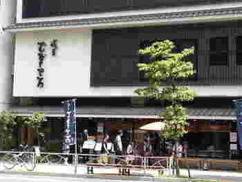 昭和4年(1929年)創業の「浅草むぎとろ」は、90年近い歴史のあるとろろ懐石料理店です。本店は、先ほどご紹介した「駒形どぜう」と同じ江戸通りにあります。