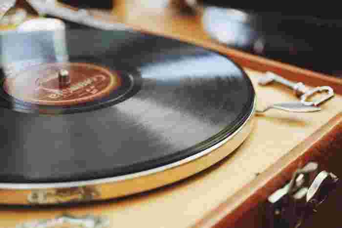 映画で使用されている楽曲をレコードで聴いて愉しむのはいかがでしょうか?CDとは違う深く優しい音色が魅力のレコードは、ここ数年で再び注目されています。アナログにしか出せない温かみのある音は、お部屋でゆったりと映画の世界観に浸りたい時にちょうどいい心地良さです。