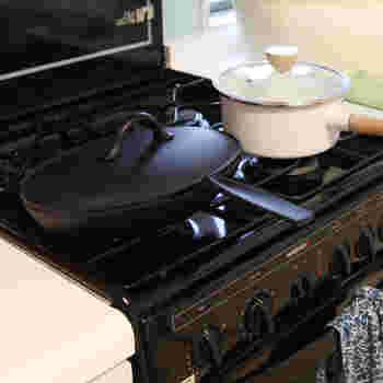 こちらのオーバル型のフライパンは、「小笠原陸兆」のフィッシュパンです。名前の通り、横長なのでお魚を一匹まるごと入れることができるようになっています。ユニークでスタイリッシュなデザインなので、調理後にフライパンのままテーブルに運んでも素敵ですね。