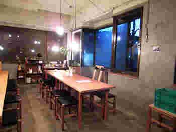コンクリートに木のテーブルや椅子が置かれ、ざっくりとしたシンプルな空間が、粗削りな山のイメージを彷彿させますね。飾らない雰囲気が、近郊のオーガニック食材を使ったり、甘みは甘酒、甜菜糖、メープルシロップなどナチュラルさとも自然とマッチします。