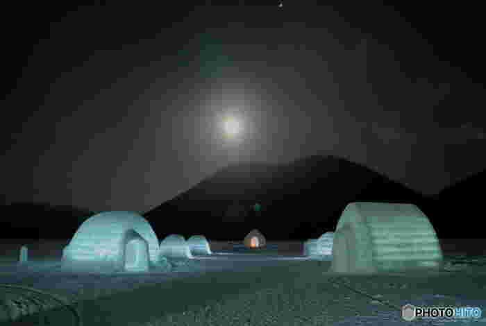 「然別湖コタン」は、冬になると完全に凍る然別湖の上に作られます。アイスロッジの中で宿泊も可能で、寒くて澄んだ空気では星空が非常に美しく、厳寒の朝は白銀の世界の中でダイヤモンドダストを見ることもできるそうですよ。
