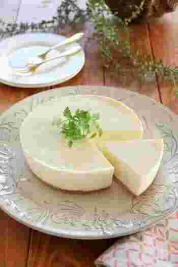 焼かずに冷やして固めて作る濃厚な「レアチーズケーキ」。少し手間はかかりますが、しっかりこし器でこすことによりなめらか食感になりますよ。