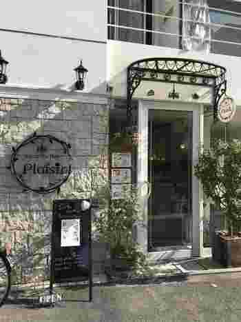 ラグジュアリーな外観と店内で、ゆったり贅沢なひとときを過ごせるカフェ「サロン・ド・テ・プレジール」。