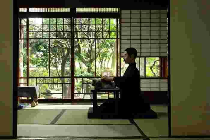 1867(慶應3)年、東京生まれ。『坊ちゃん』『三四郎』『明暗』など数々の名作を残していますが、処女作である『吾輩は猫である』を発表したのは38歳のときと遅咲きの文壇デビューでした。  大の甘党でしたが胃に持病があったため、奥さんは甘いものは漱石に見つからないように隠していました。しかし、奥さんのいない所でこっそり食べたり、子供達にどこに隠しているか探させたりしていたお茶目な一面も。