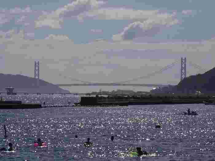 海水浴場として有名な須磨。夏には海水浴客で賑わいます。明石海峡大橋を眺めながら、穏やかな瀬戸内の波に揺られれば、日頃の喧騒も忘れてしまいそう。