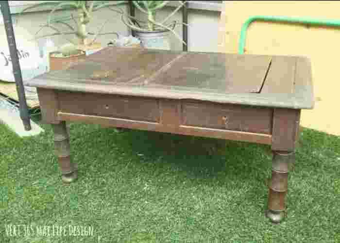このままでも十分いい雰囲気なテーブルですが、色合いがちょっと重く感じますね。きれいに水拭きをしてからペイントをしていきます。