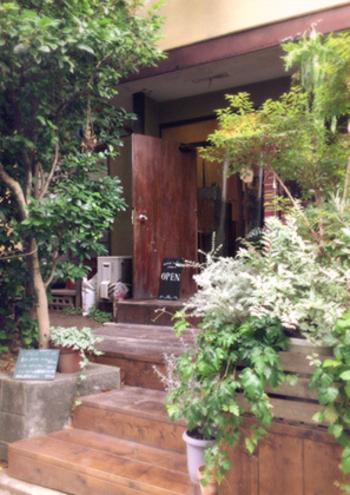 駅からすぐの裏通りに佇む古民家を改造した雰囲気のあるカフェ「モワ カフェ」。ゆったりと過ごせる落ち着いた空間は、家族の家に訪れたようなあたたかさです。テラス席もあり、ノスタルジックでオープンな空間が広がります。