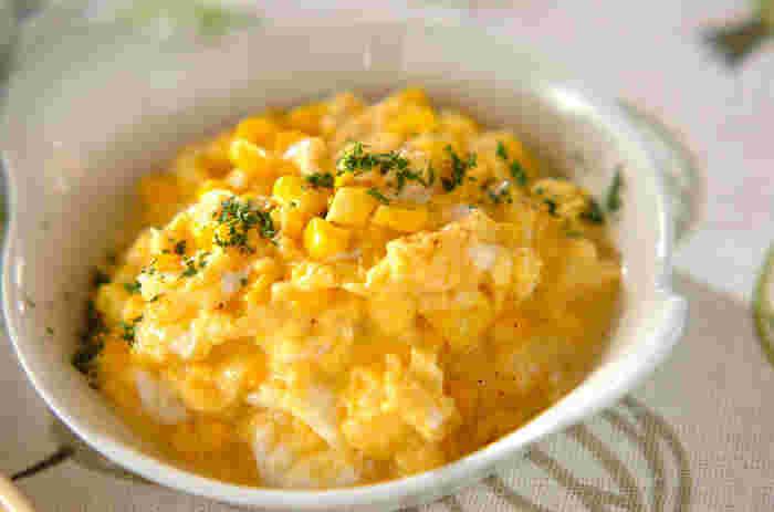 いつものスクランブルエッグに、トウモロコシとチーズを入れて少し違った味わいにアレンジしてみませんか?トウモロコシは冷凍コーンでも代用できて、簡単にできます。卵液を入れる前に牛乳を先に火にかけると、卵がふんわりとできあがりますよ◎